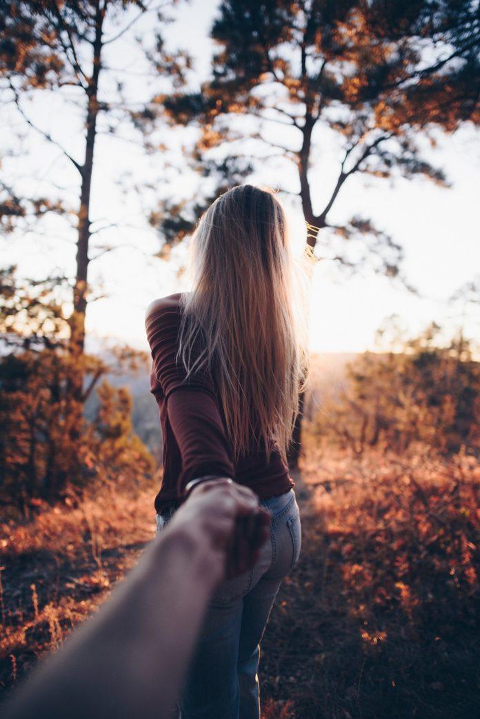 Femeie îndepărtându-se de partener